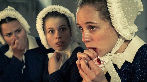 Schwester Therese (Klara Deutschmann, r.) hat sich mit Tuberkulose angesteckt.