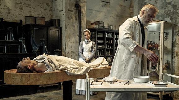 Wärterin Ida (Alicia von Rittberg) in der Pathologie von Rudolf Virchow (Ernst Stötzner).
