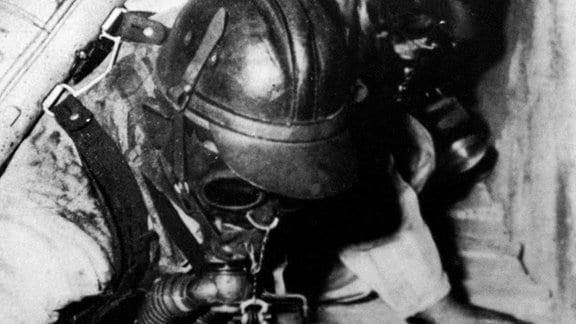 Rettungskräfte mit Atemschutzgerät im Schacht.