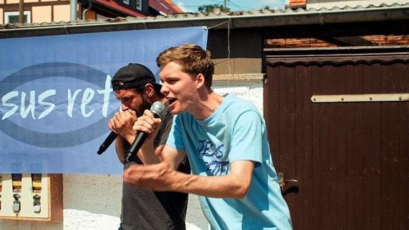 Mit christlichem Hip-Hop sind Steffen (Maik Triemer, li.) und Ben (Til Schindler) unterwegs im Osten Deutschlands.