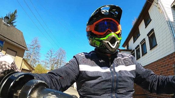 Ein Mopedfahrer.