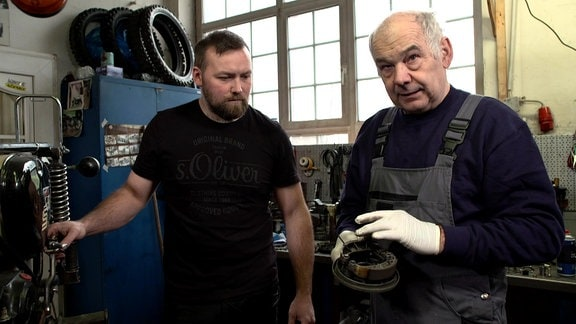 Mario und Reiner zeigen, wie Bremsbeläge gewechselt werden.