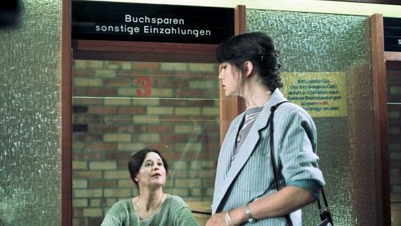 Christiane (Ute Lubosch) am Postschalter