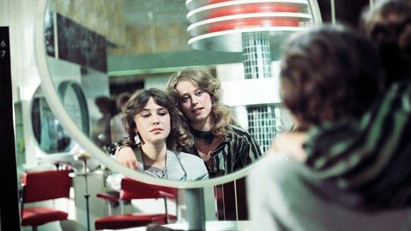 Zwei Frauen betrachten sich im Spiegel. Ute Lubosch (l.) und Marie Gruber