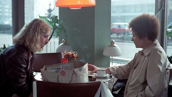 Zwei Frauen an einem Café-Tisch. Silke Matthias und Lissy Tempelhof
