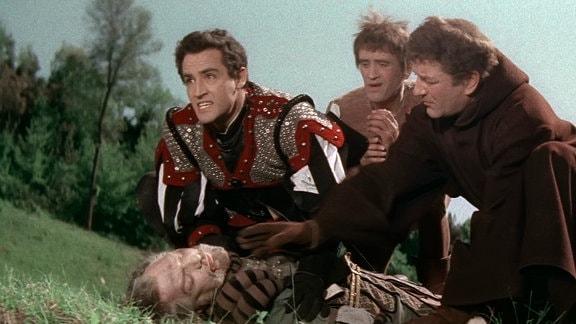 Giovanni (Vittorio Gassman, links) und seine Gefolgsleute Salvatore (Philippe Hersent, 3. von links) und Lumaca (Silvio Bagolini, 2. von links) finden den ermordeten Camillo De Sermoneta (Edoardo Toniolo, liegend). Er verdächtigt die Franzosen.