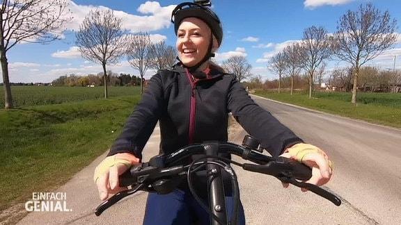 Henriette fährt Fahrrad.