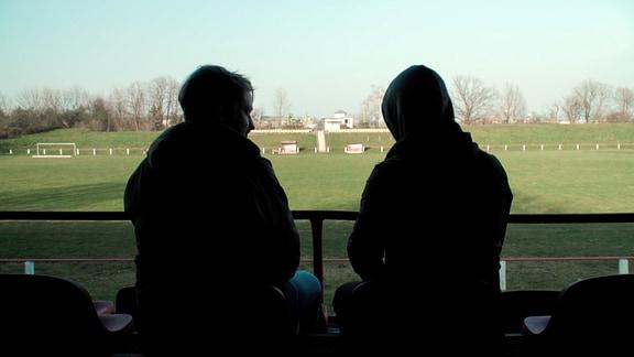 2 Männer im Fußballstadion