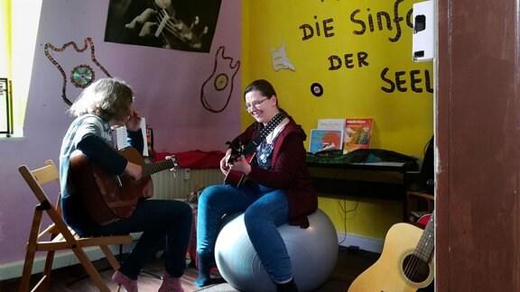 Jelena Schneider gibt Gitarrenunterricht