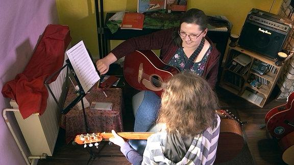 Jelena Schneider beim Gitarrenunterricht