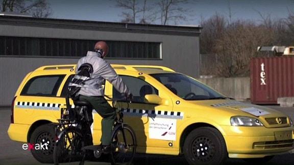 Unfallsimulation mit einem E-Bike.