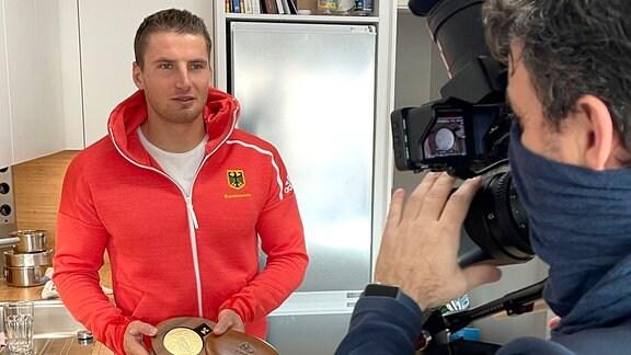 Tom Liebscher zeigt Rio-Goldmedaille