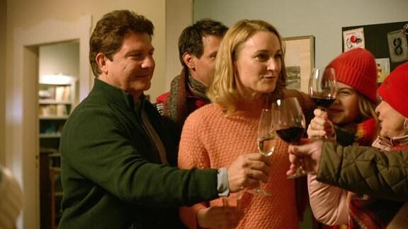 Christian und Tanja verkünden der Familie, dass sie heiraten wollen.