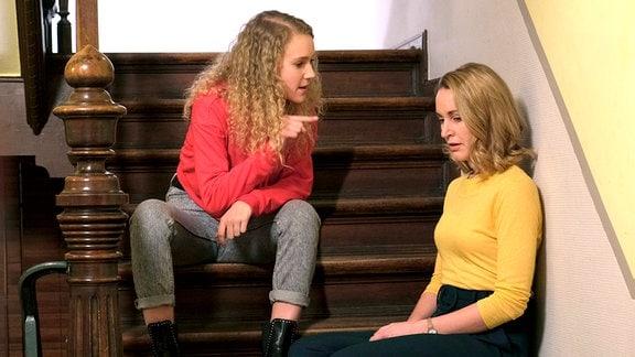 Luisa (Pauline Angert, l.), die überraschend in Eisenach auftaucht, wirft ihrer Mutter Tanja (Christina Athenstädt, r.) vor, dass sie ihre Familie zerstört hat.