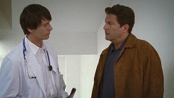 Dr. Kleist disskutiert mit einem Kollegen