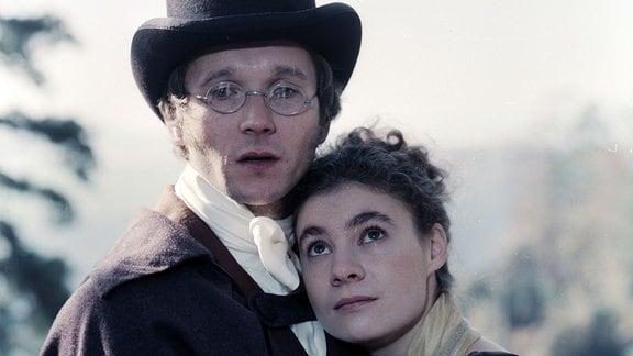 Der Freischütz in Berlin. (1987). Frank Lienert (Carl Maria von Weber) hält Kathrin Waligura (Caroline von Weber) im Arm.