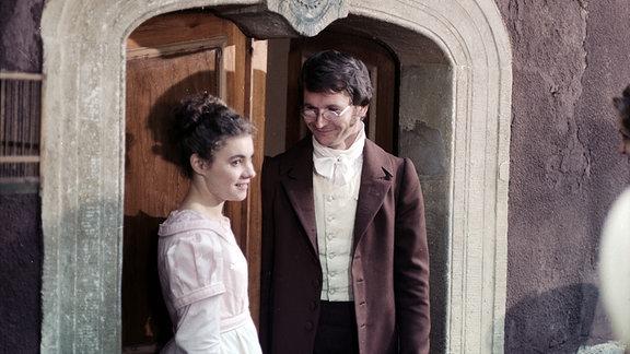 Kathrin Waligura (Caroline von Weber) und Frank Lienert (Carl Maria von Weber) stehen unter einem Torbogen mit Wappen.