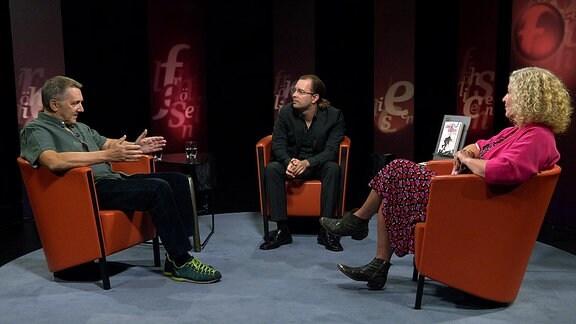 """Zwei Autoren sind mit ihren Büchern zu Gast bei Susanne Fröhlich: Peter Zudeick mit """"Verbrandt, verkohlt und vermerkelt. Vom Ende deutscher Kanzlerschaften"""" und Kolja Zydatiss mit """"Cancel Culture. Demokratie in Gefahr""""."""