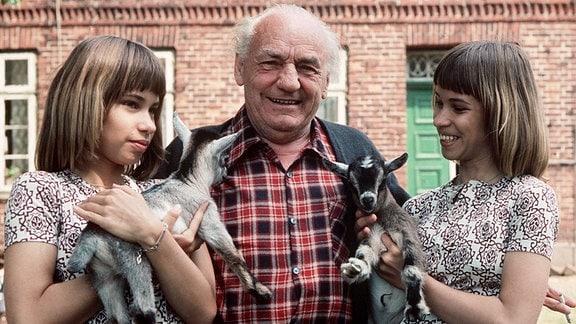 Wedderkopp-Vater (Henry Vahl) mit den Zwillingen Billy (Birgit Westhausen, l) und Bobby (Bettina Westhausen).