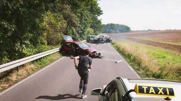 Ein Arzt ist zufällig in der Nähe eines Unfalls und hilft sofort