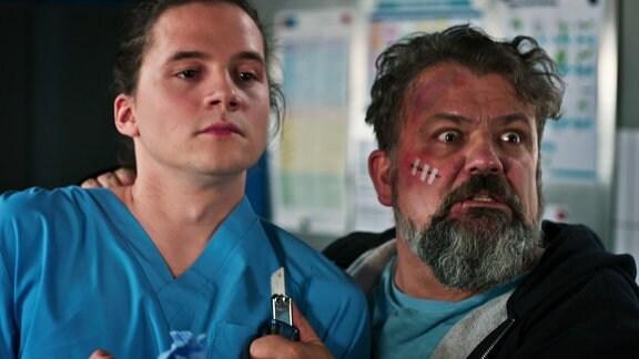 Ein Patient bedroht einen Pflegem mit einem Messer