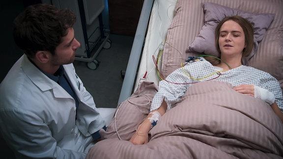 Ein Arzt besucht seine Exfreundin am Krankenbett