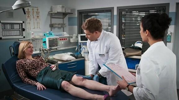 Eine Patientin flirtet mit einen jungen Arzt