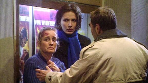 Anita Wüst (Nadja Engel) steht mit Maia Dietz (Ina Rudolph) und Dr. Thomas Straub (Gunter Schoß) vor einem Kino.