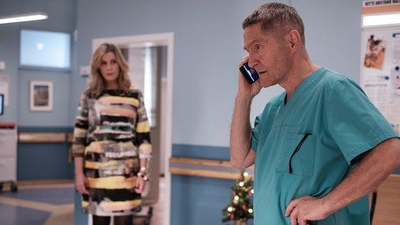 Dr. Kaminski (Udo Schenk) hängt in der Notaufnahme fest, doch er wird zu Hause gebraucht. Sarah Marquardt (Alexa Maria Surholt), bekommt das mit und bietet ihm an, Vera Bader so lange zu betreuen.