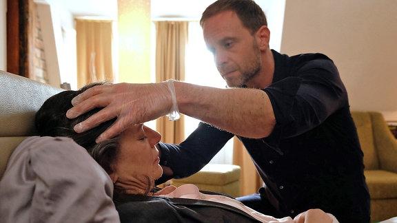 Dr. Kai Hoffmann (Julian Weigend) und Rose Marx (Gudrun Gabriel)