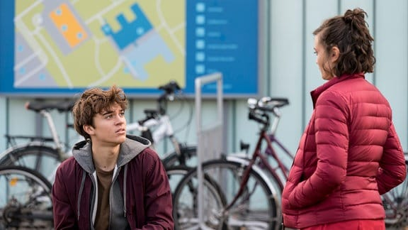 Rebecca (Milena Straube, r.) hat den Verdacht, dass Lasse (Frederic Balonier, l.) ein Drogenproblem haben könnte.