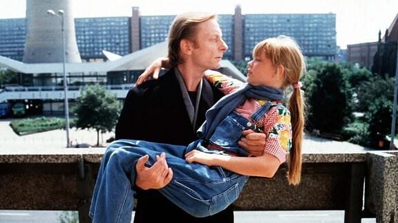 Der Engel Cassiel (Otto Sander) greift als Lebensretter der kleinen Raissa (Aline Krajewski) ins irdische Geschehen ein und verwandelt sich dadurch selbst zu einem sterblichen Menschen.