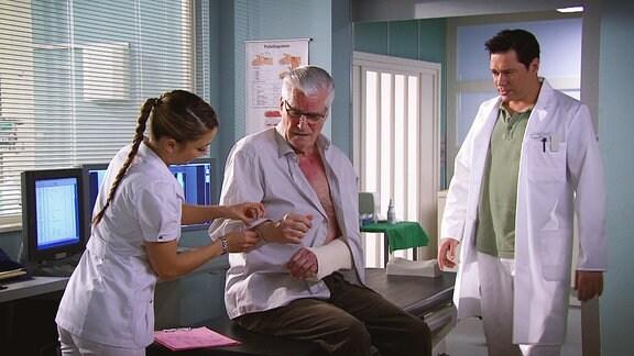 Ein Patient wird untersucht