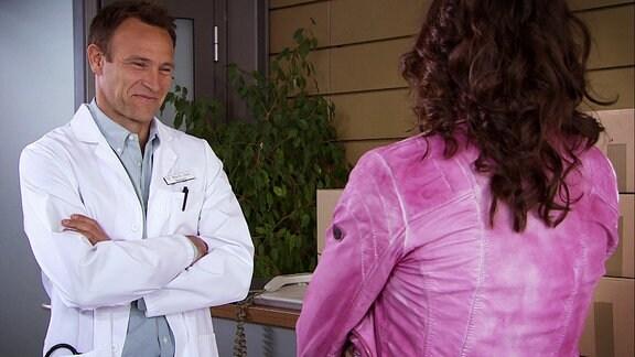 Ein freudiges Wiedersehen zwischen einem Arzt und einer Frau