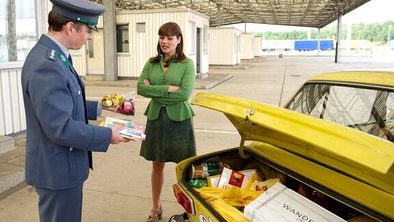 Elkes (Katharina Wackernagel) Mitbringsel aus dem Westen werden von einem Zollbeamten inspiziert.