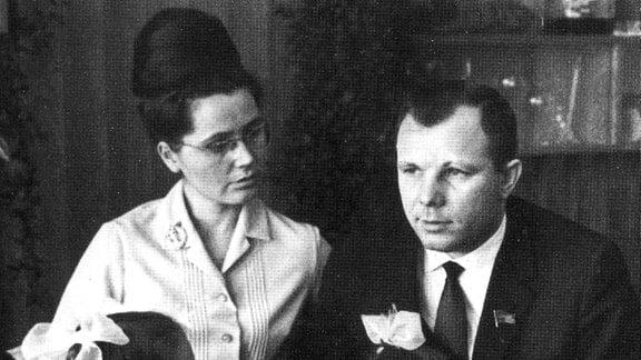 Gagarin mit seiner Familie: Frau Walentina und seine zwei Töchter, kurz vor seinem tragischen Tod.