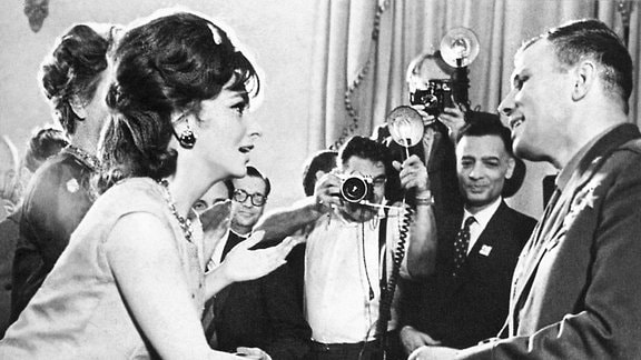 Gagarin - der neue Medien-Star im Blitzlichtgewitter mit Starschauspielerin Gina Lollobrigida.