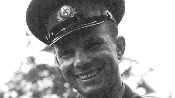 Der erste Mensch im Kosmos. Nach seinem historischen Flug vom 12. April 1961 avanciert er zum ersten wahren Pop-Star der Sowjets. Der neue Held bereist fast den ganzen Erdball, nachdem er ihn als erster umrundet hatte und erweist sich als PR-Volltreffer der Sowjets.
