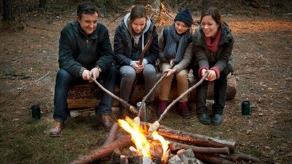 Merle (Greta Bohacek), Roman (Harald Schrott), Lea (Stella Kunkat) und Kathrin (Anneke Kim Sarnau) am Lagerfeuer.