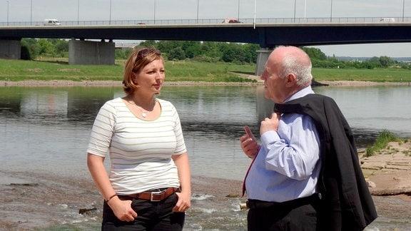 Susann Blum im Gespräch mit Georg Milbradt, im Flutjahr 2002 Ministerpräsident von Sachsen.