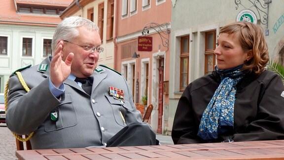 Reporterin Susann Blum im Gespräch mit einem Fluthelfer.