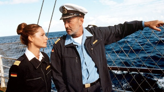 Der Kapitän Gregor Simonis (Miguel Herz-Kestranek) mit Dr. Karen Stendal auf Deck seines Schiffes.