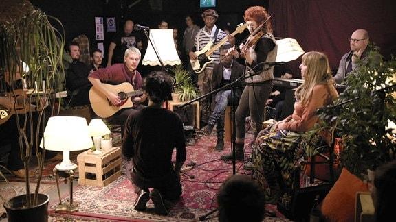 """Musiker mit Publikum im Leipziger Kulturzentrum """"VILLA""""."""