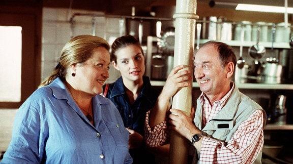 Die Köchin Marga (Marianne Sägebrecht) zusammen mit dem Kellner Paschke (Heinz Rennhack) und Ohrmanns Tochter Olga (Ina Paule Klink) in ihrem Restaurant
