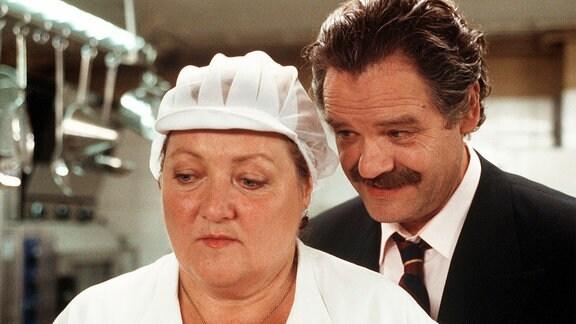 Marga (Marianne Sägebrecht) hat ihr eigenes Restaurant eröffnet und durchkreuzt dadurch die Pläne des Immobilienhais Ohrmann (Gunter Berger).