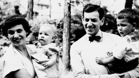 Inge Syllm und Samuel Mitja Rapoport mit Kindern