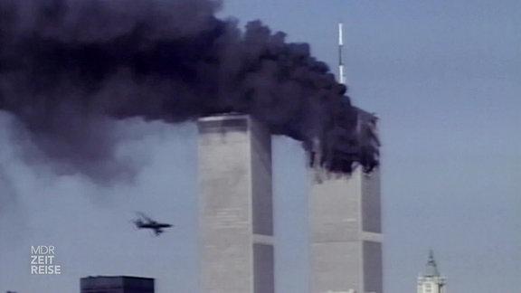 Ein Flugzeug fliegt in das World Trade Center in New York.