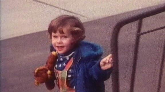 Ein Kind mit einem Teddy.