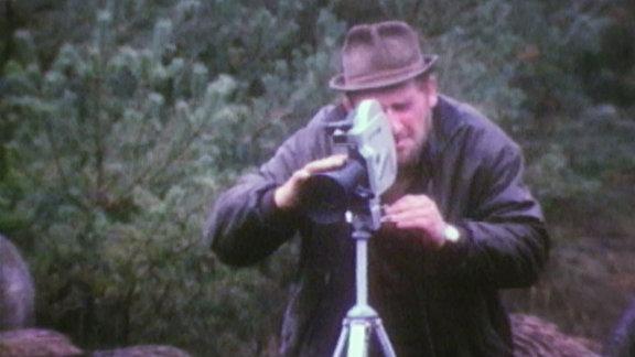 Archivaufnahme: Ein Tierfilmer bei der Arbeit