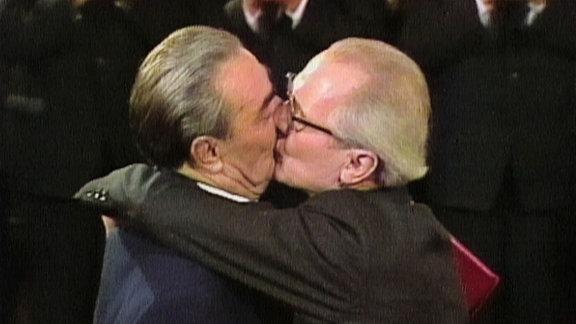Deutsch-Russische Freundschaft. »Zwei Politiker küssen sich«